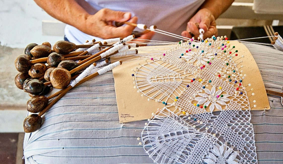 handcrafted technique of bobbin lace The Meticulous Handcrafted Technique of Bobbin Lace Destaque 13 1140x660