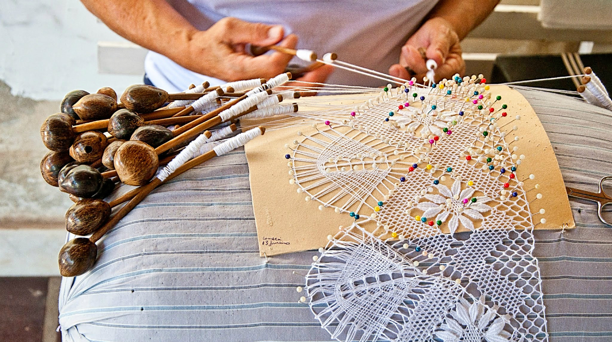 The Meticulous Handcrafted Technique of Bobbin Lace Destaque 13